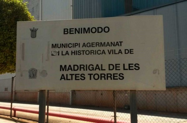 El pueblo de Benimodo se hermanó con la localidad de Madrigal de las Altas Torres en acuerdo de sesión extraordinaria celebrada el 22 de mayo de 1992.